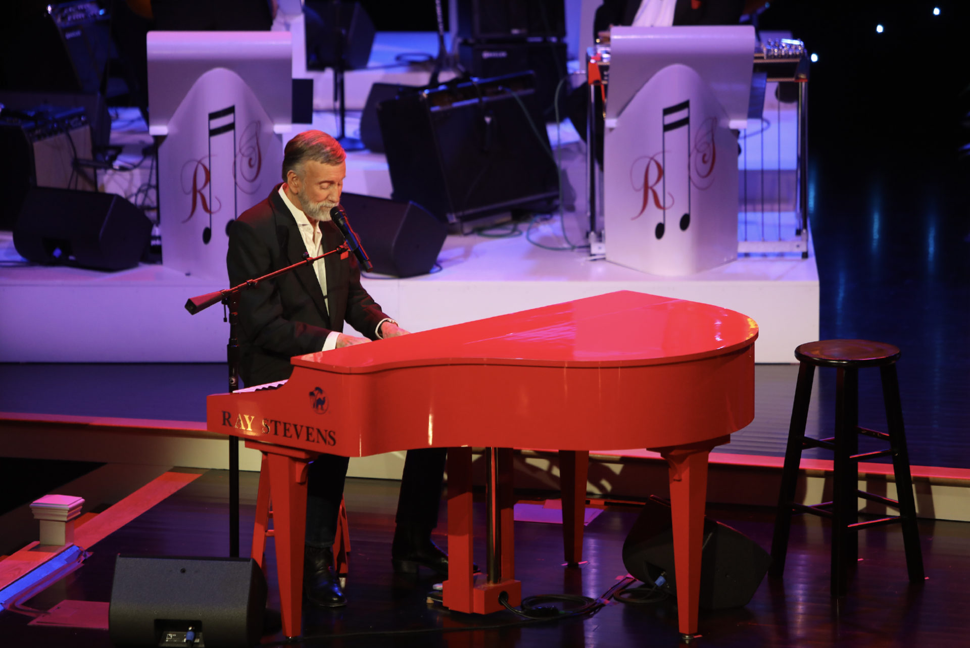Ray Stevens performing live shows in Nashville, TN. A popular Nashville Attraction and listed top things to do in Nashville.